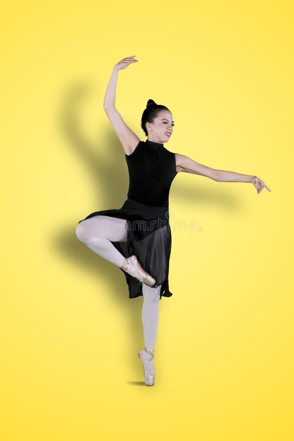 Situación hermosa de la bailarina con actitudes de la punta del pie fotografía de archivo libre de regalías