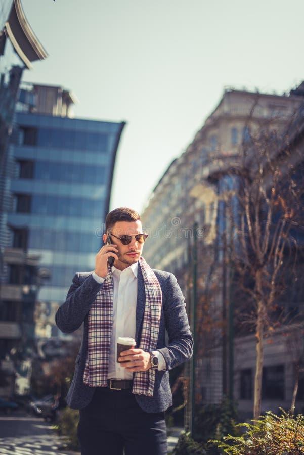 Situación hermosa del hombre cerca de edificios y tener una conversación o fotos de archivo