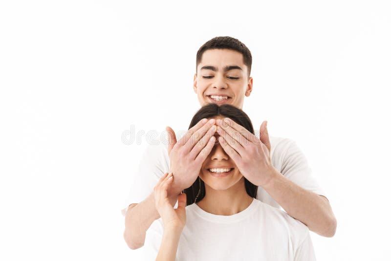 Situación joven atractiva de los pares aislada sobre blanco fotos de archivo