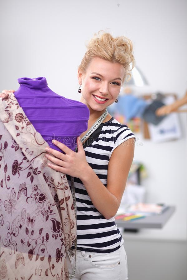 Situación joven de la mujer del diseñador de la moda cerca del maniquí imágenes de archivo libres de regalías