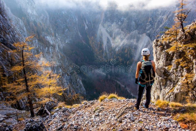 Situación joven de la mujer del escalador sobre el valle de Hoellental imagen de archivo libre de regalías