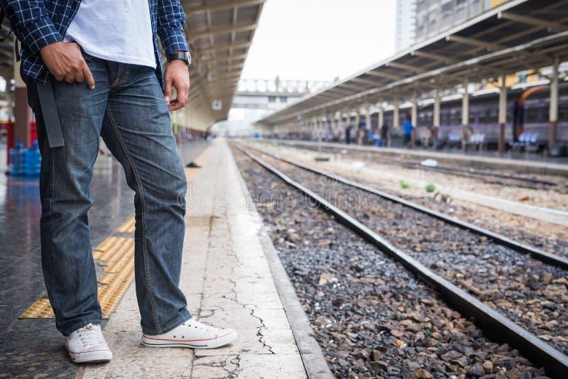 Situación joven del hombre del viajero en la plataforma de la estación de tren de Bangkok foto de archivo libre de regalías