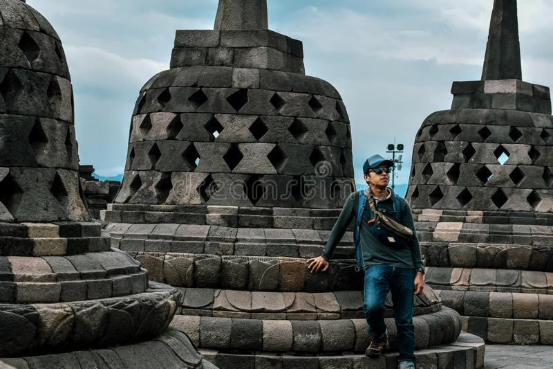 Situación joven del viajero en el templo de Borobudur imagenes de archivo