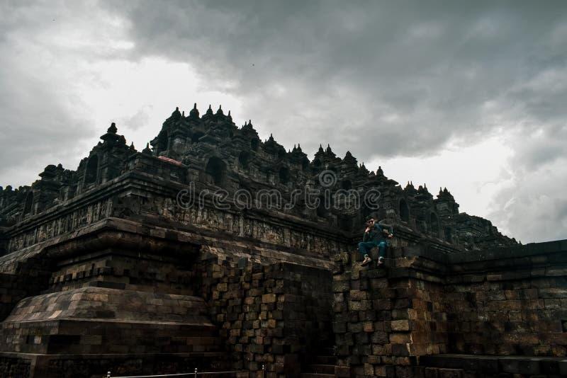 Situación joven del viajero en el templo de Borobudur fotos de archivo libres de regalías
