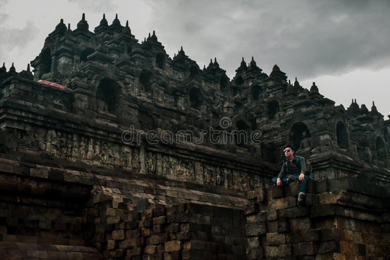 Situación joven del viajero en el templo de Borobudur foto de archivo libre de regalías