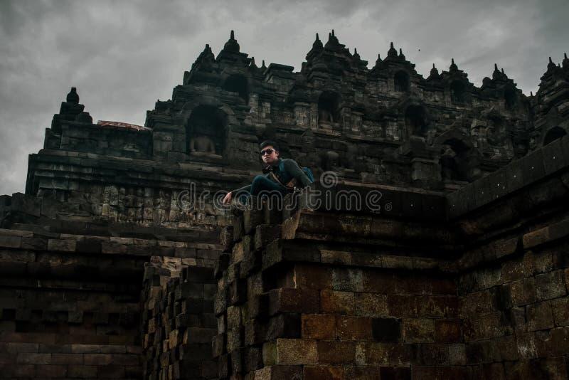 Situación joven del viajero en el templo de Borobudur fotos de archivo