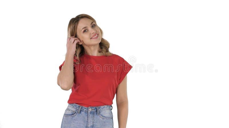 Situación modelo feliz atractiva joven y sonrisa en el fondo blanco foto de archivo