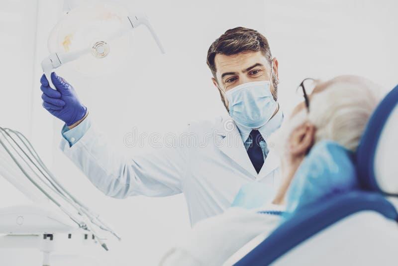 Situación morena contenta cerca de su paciente fotos de archivo