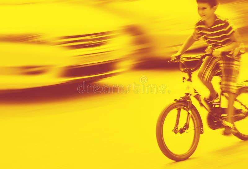 Situación peligrosa del tráfico de ciudad con un muchacho en la bicicleta imagen de archivo