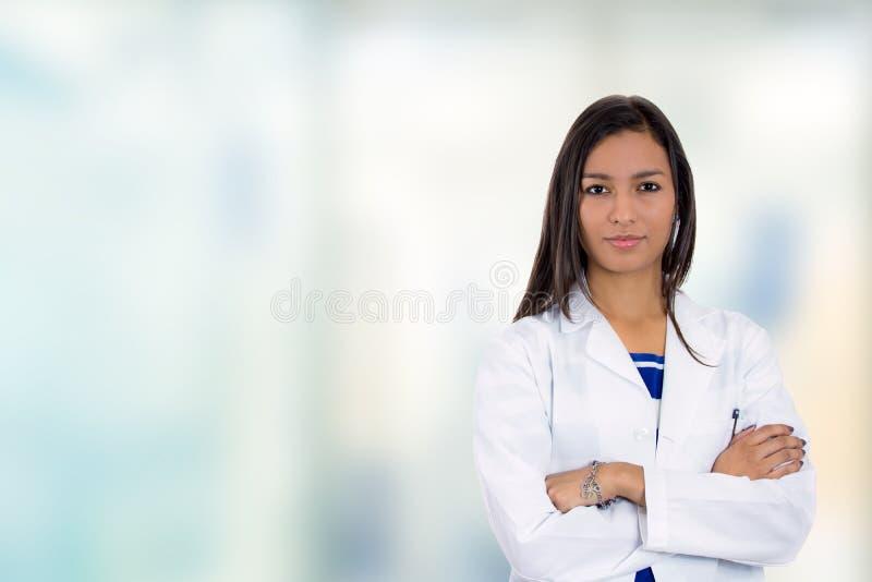Situación profesional médica del doctor de sexo femenino joven confiado en hospital foto de archivo