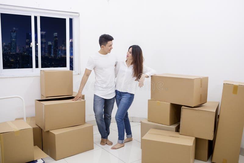 Situación romántica de los pares en un nuevo apartamento imagen de archivo libre de regalías
