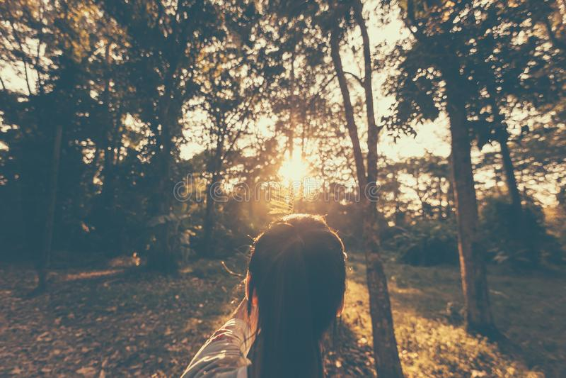 Situación sola de la muchacha en el bosque y salida del sol por la mañana foto de archivo
