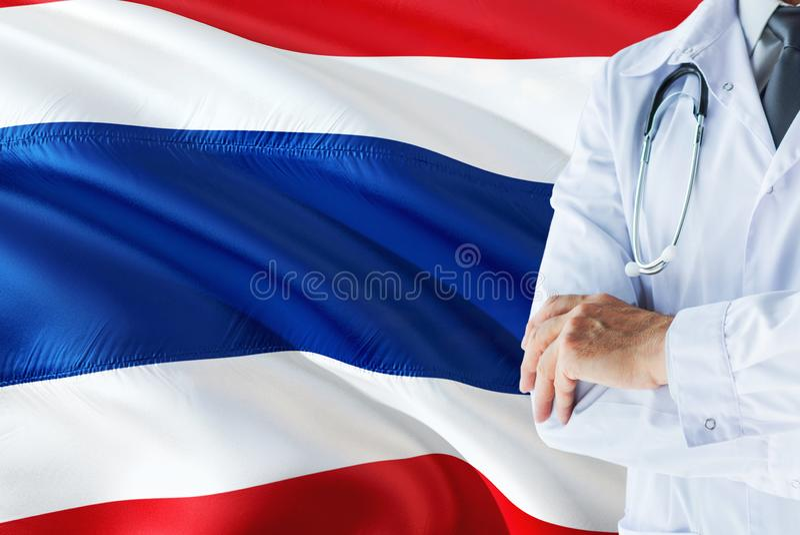 Situación tailandesa del doctor con el estetoscopio en fondo de la bandera de Tailandia Concepto de sistema sanitario nacional, t imagen de archivo