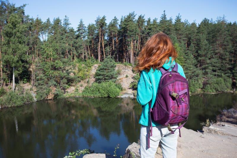 Situación turística de la muchacha en el lago foto de archivo libre de regalías