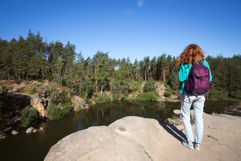 Situación turística de la muchacha en el lago imagenes de archivo