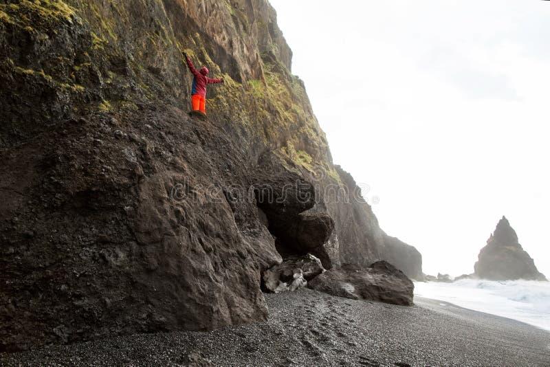 Situación turística del individuo encima de una montaña en Islandia, el concep imágenes de archivo libres de regalías