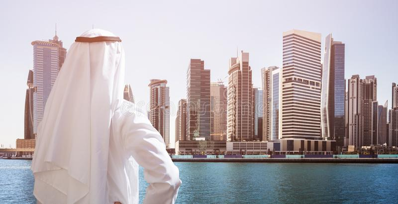 Situaci?n del hombre en Front Of Dubai Business Bay imágenes de archivo libres de regalías
