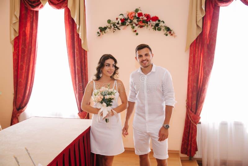Situaci?n del novio y de la novia dentro de la casa del matrimonio Pares hermosos en blanco imágenes de archivo libres de regalías