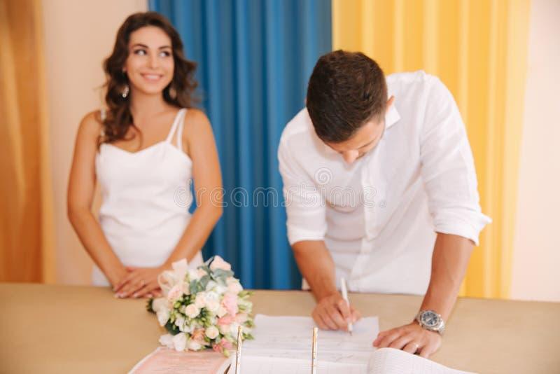 Situaci?n del novio y de la novia dentro de la casa del matrimonio Pares hermosos en blanco imagenes de archivo