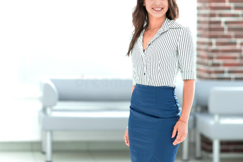 Situaci?n joven sonriente de la mujer de negocios en el pasillo de la oficina fotos de archivo libres de regalías