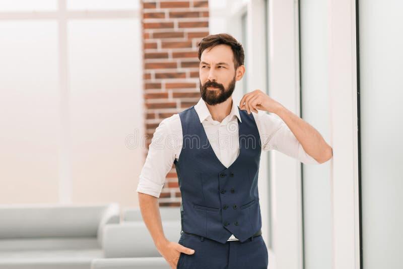 Situaci?n moderna del hombre de negocios en una oficina brillante imagen de archivo libre de regalías