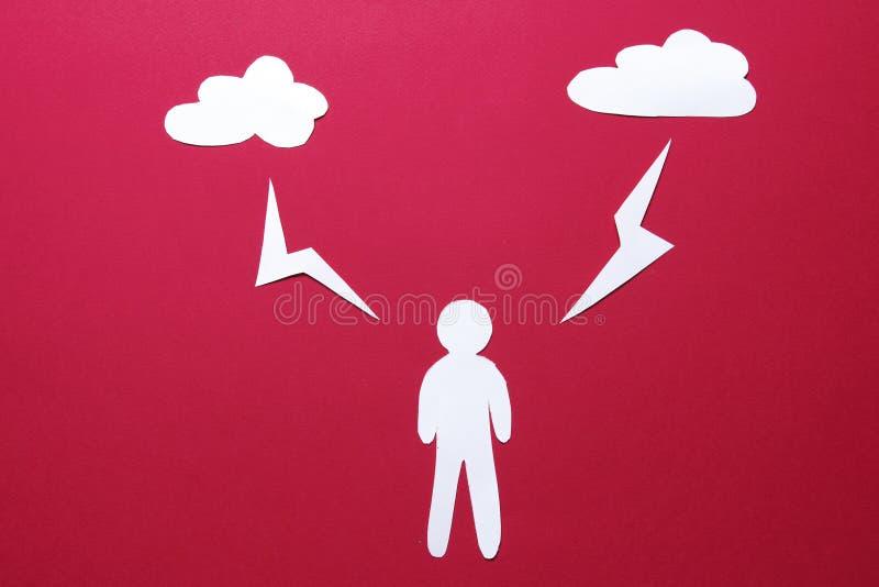 Situation des nuages d'origami et de l'homme de papier de grèves surprise sur le fond rouge l'homme blanc en papier se tient sous photo stock