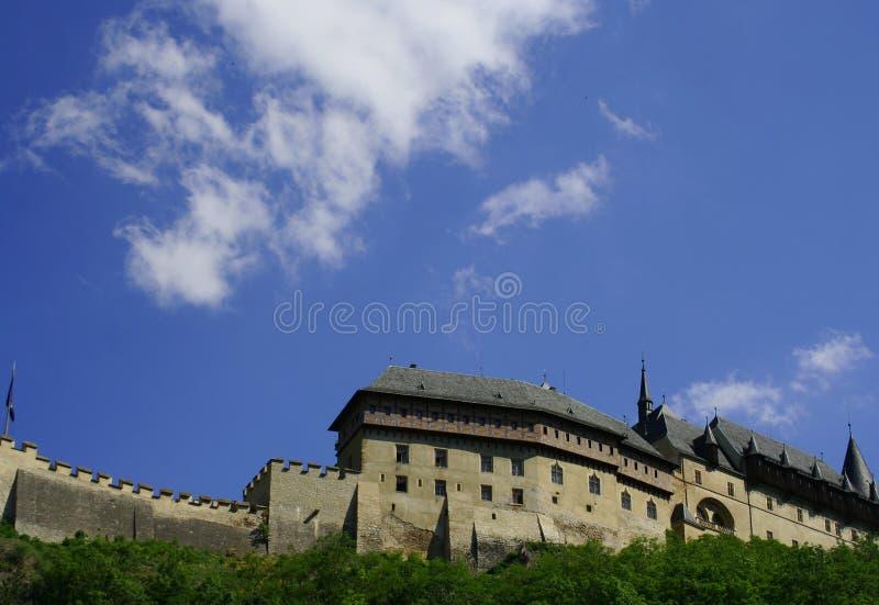 Situez la vue du château bien connu Carlstein dans la République Tchèque image libre de droits