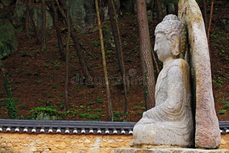 Sitz- Stein-Buddha-Statue bei Mireuggok von Namsan, Gyeongju lizenzfreie stockfotos
