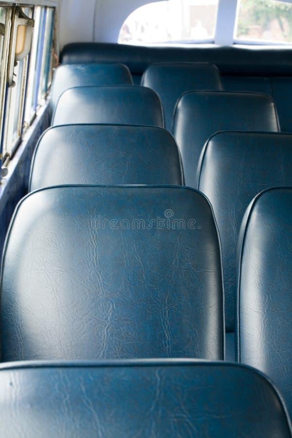 Sitze in einem alten Bus lizenzfreie stockfotos