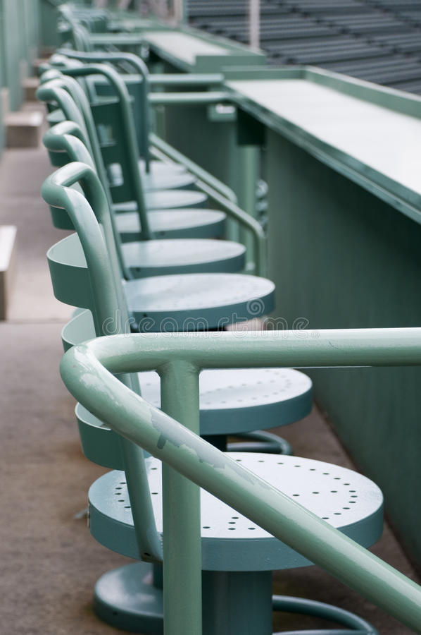 Sitze am grünen Monster lizenzfreies stockfoto