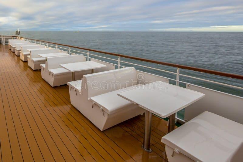 Sitze im Freien auf Plattform des Passagierschiffs stockfotografie