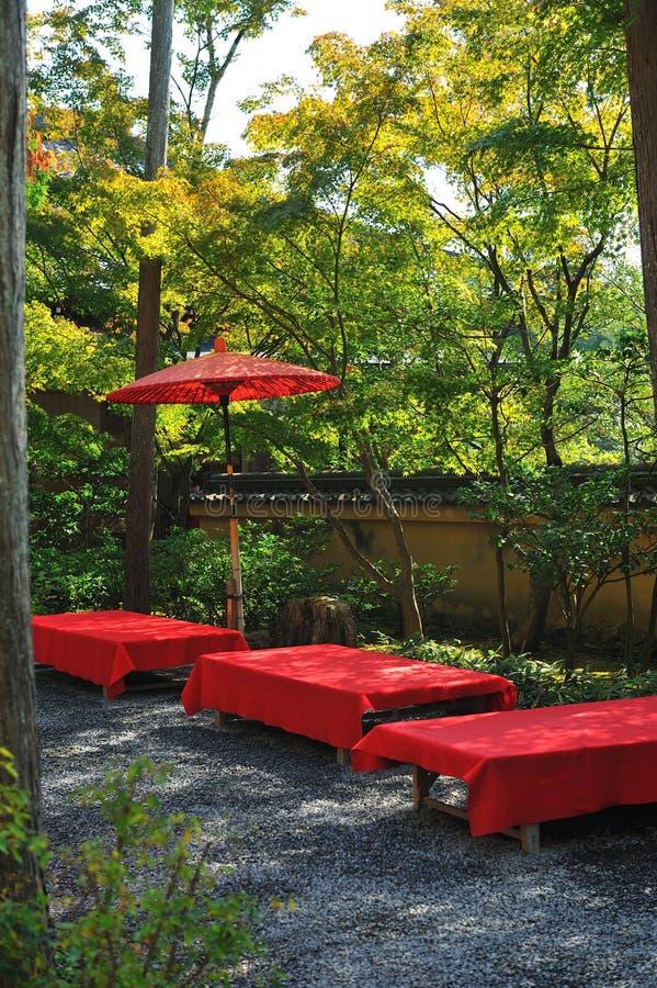 Sitze im Garten stockbilder