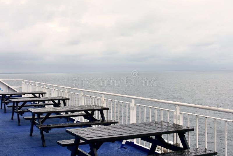 Sitze und Tabellen auf einer Fähre stockfoto
