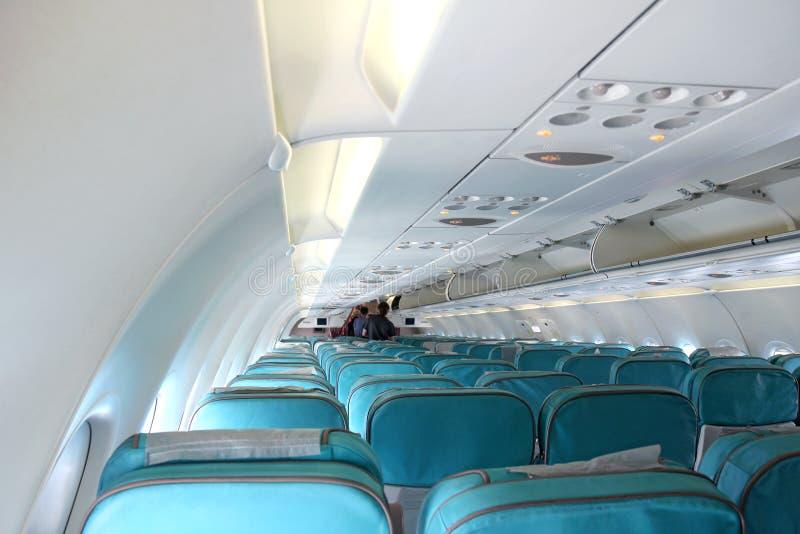 Sitze in weißem passanger Flugzeug lizenzfreie stockfotos