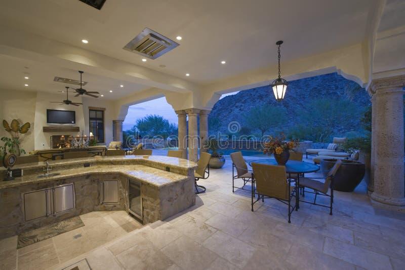 Sitzecke durch versunkene Küche mit Portal-Ansicht lizenzfreie stockfotografie