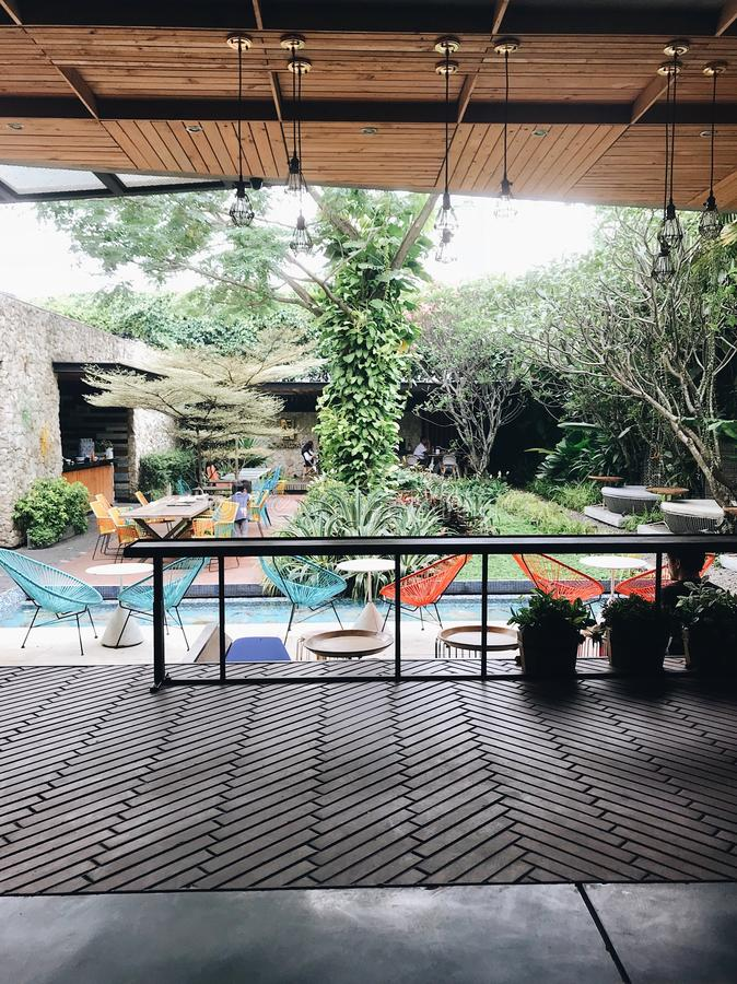 Sitzen buntes Caférestaurant und -leute der Weinlese zu genießen Park im im Freien lizenzfreie stockfotos