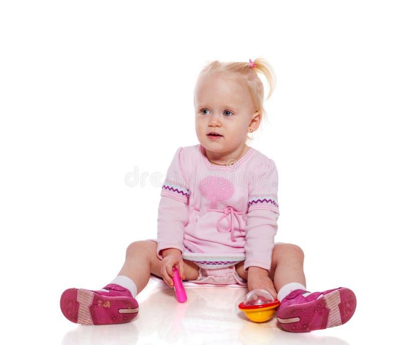 Sitzen des kleinen Mädchens lizenzfreie stockfotos