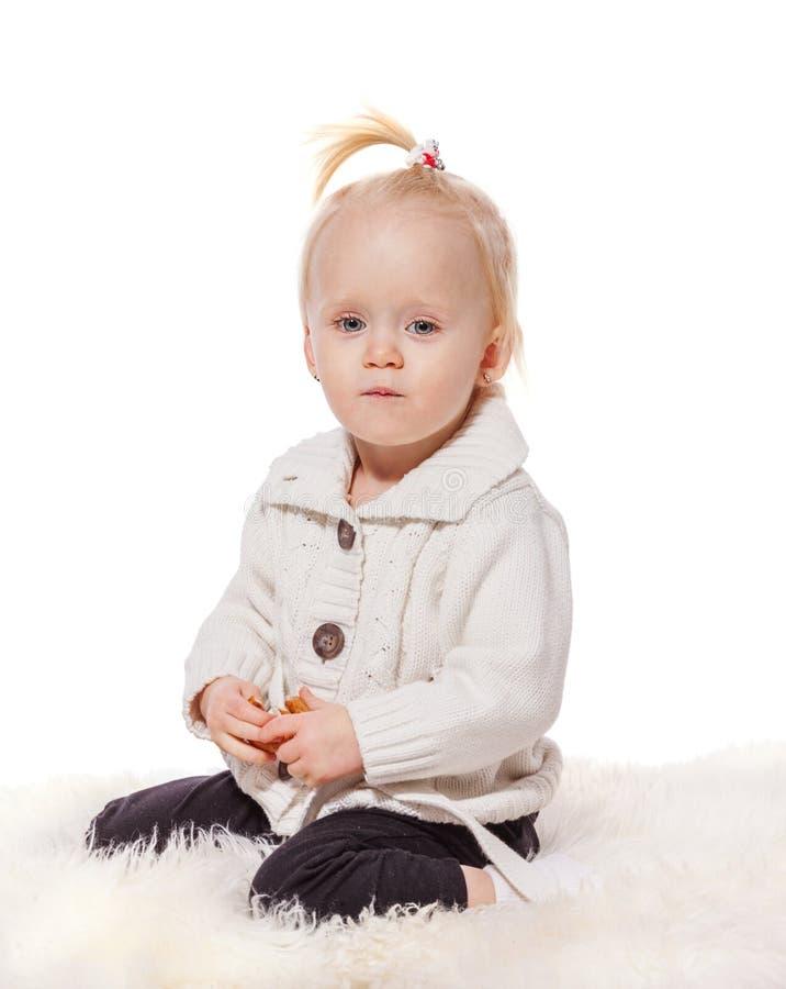 Sitzen des kleinen Mädchens stockbild