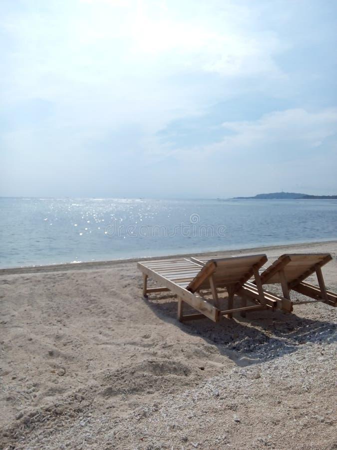 Sitzen durch den Strand stockfoto