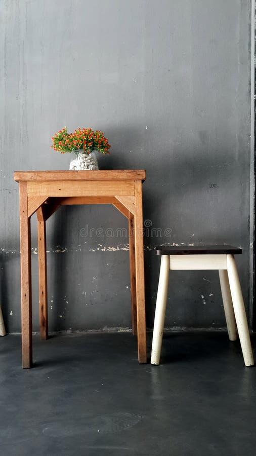 Sitzen für Kaffeepause lizenzfreie stockbilder