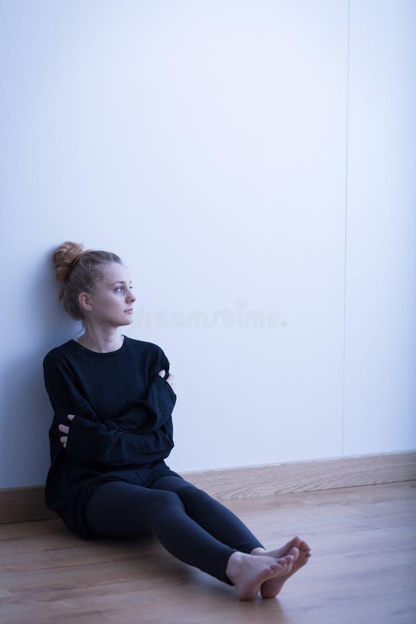 Sitzen im leeren Raum stockbild