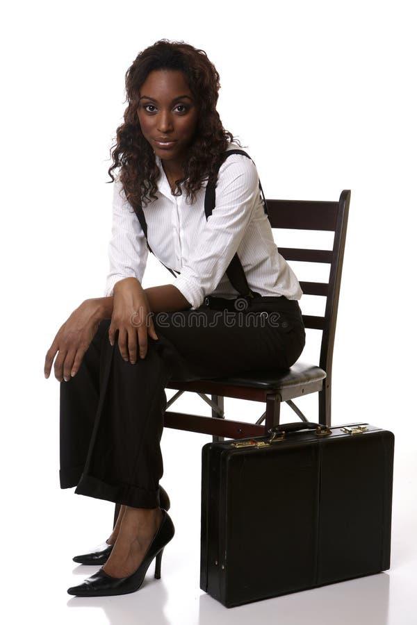Sitzen mit dem Aktenkoffer betriebsbereit lizenzfreie stockfotos