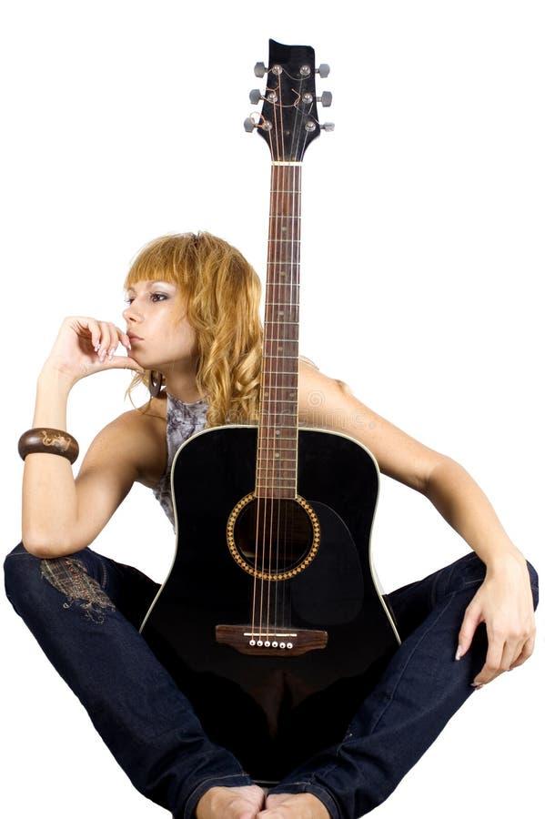 Sitzen mit Gitarre lizenzfreies stockfoto
