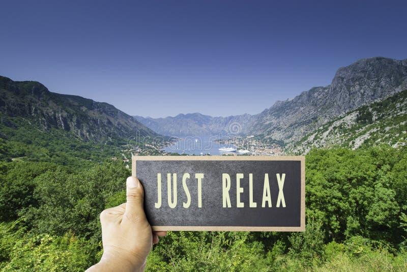 Sitzen Sie einfach zurück sich entspannen und genießen Lebenzeichen an Bord des Spotts herauf Kopienraum überschreiben Ansicht üb lizenzfreies stockfoto
