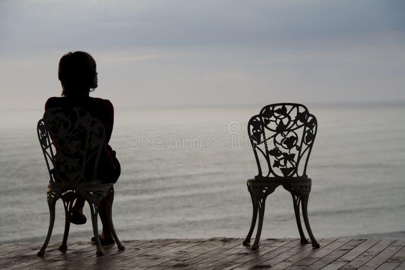 Sitzen und Denken stockfotografie