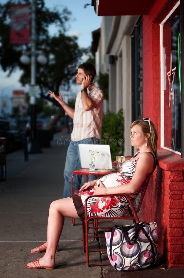 Sitzende Außenseite der schwangeren Frau, die ignoriert wird stockfotografie