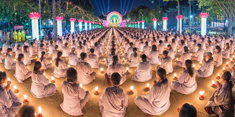 Sitzende Hände des buddhistischen Panoramas im Gebet in candlelit stockfotos