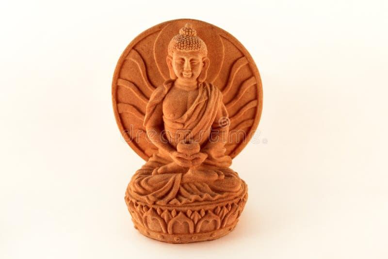 Sitzende Statue der Figürchens, die Buddha lokalisiert auf weißem backgro heilt stockfotos