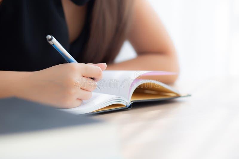 Sitzende Studie der Nahaufnahmehandasiatischen Frau und Lernen, Notizbuch und Tagebuch auf Tabelle in Wohnzimmer zu Hause schreib lizenzfreie stockfotos