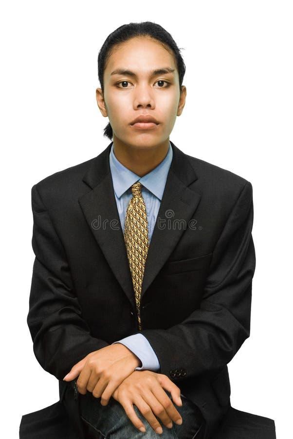 Sitzender junger kreativer Geschäftsmann stockfotografie